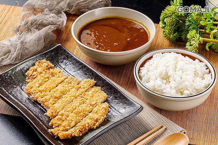 新鮮雞胸骨、豐富蔬菜文火慢燉而成的濃濃咖哩醬