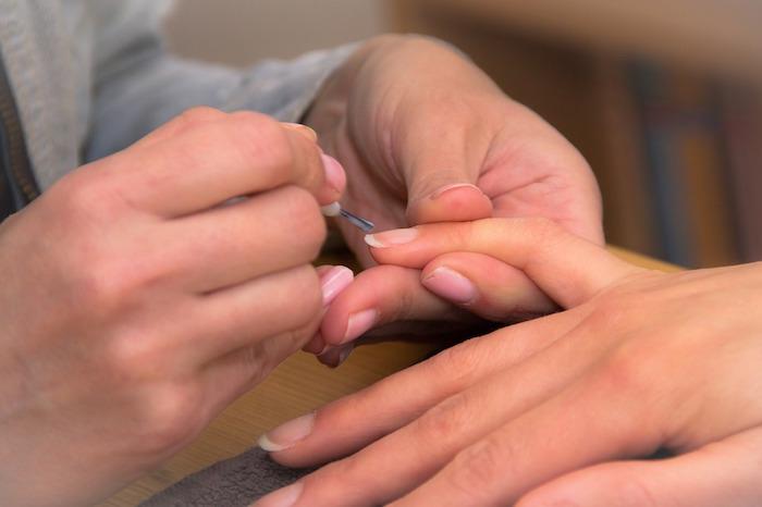 指甲形狀怎麼修?美甲師打造專屬的指甲彩繪與美甲款式