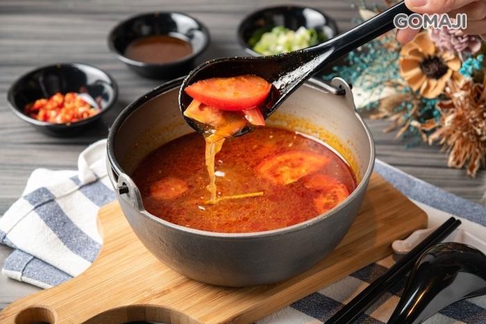 饌吉食亦風味鍋物以香茅、南薑、新鮮蕃茄、檸檬等食材製成的泰式酸辣鍋