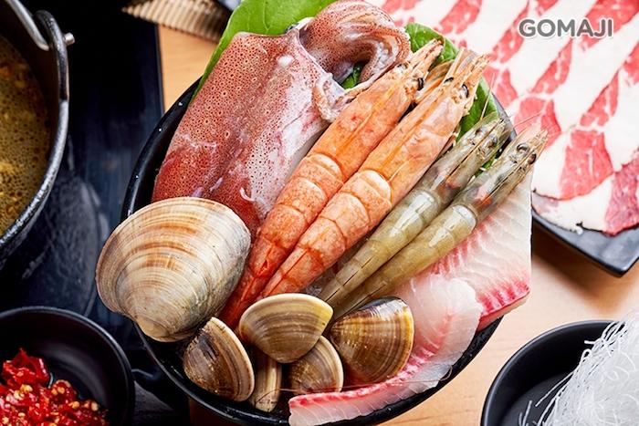 火鍋很忙很推薦他們家的海鮮盤,料多實在的新鮮海味,一端上桌,便令人眼神為之一亮