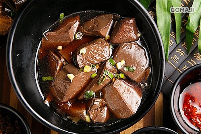 桶一天下的鴨血滷得入味,又香又辣,口感充滿彈性。