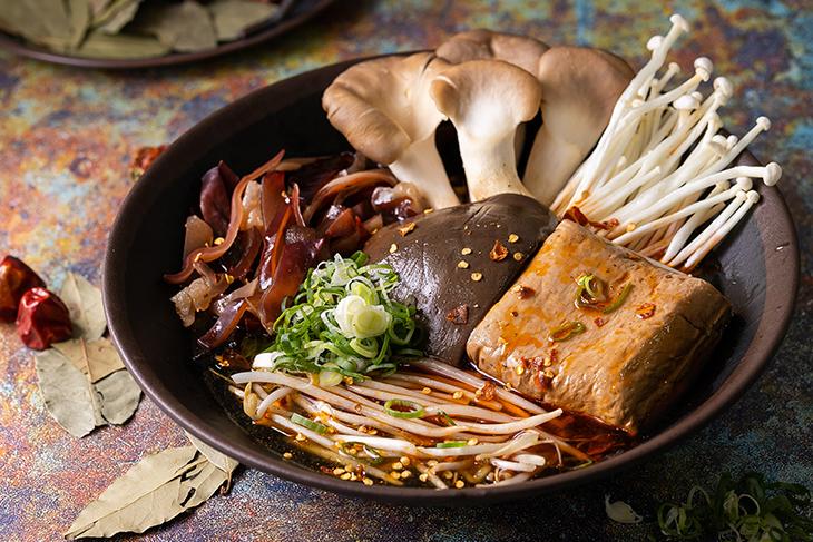 品香麻辣臭腐鴨血煲招牌是綜合煲,內有鴨血、臭豆腐、金針菇、木耳等食材